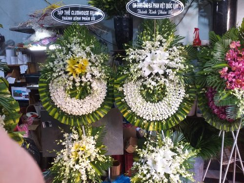 vòng hoa đám tang thể hiện thành kính